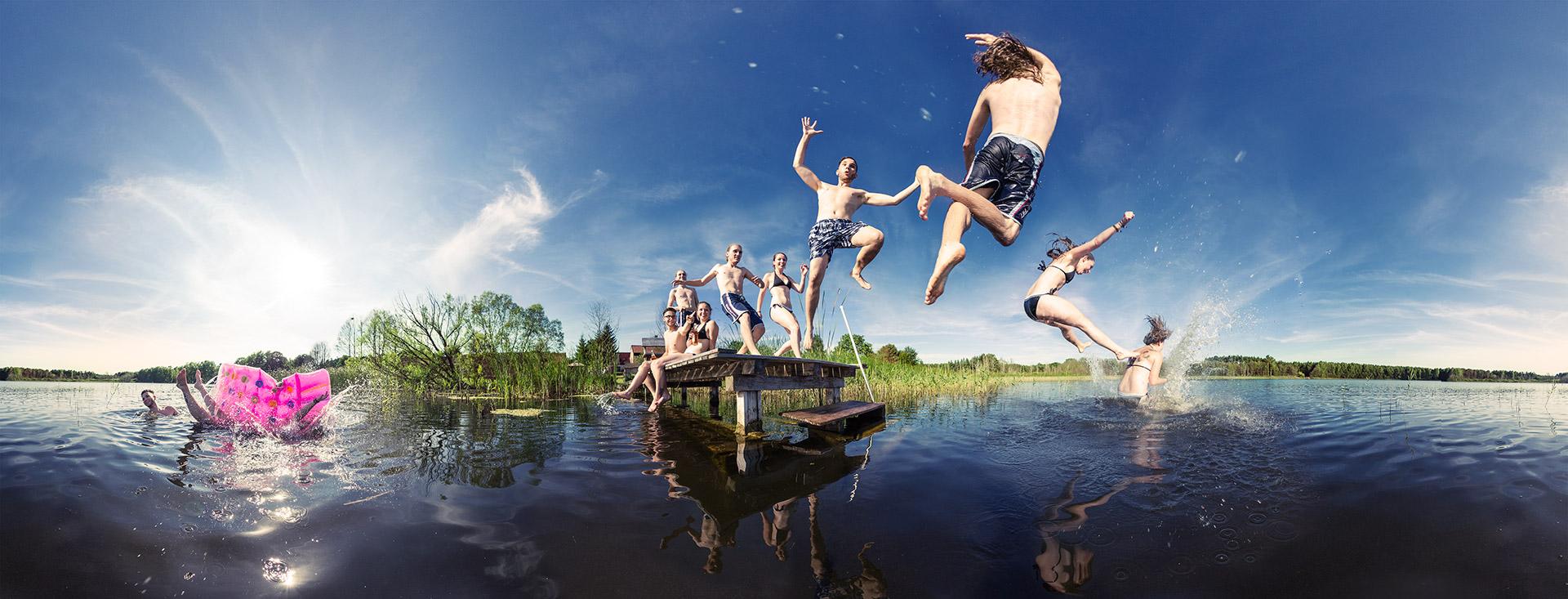 Panoramafoto Sprung in den See