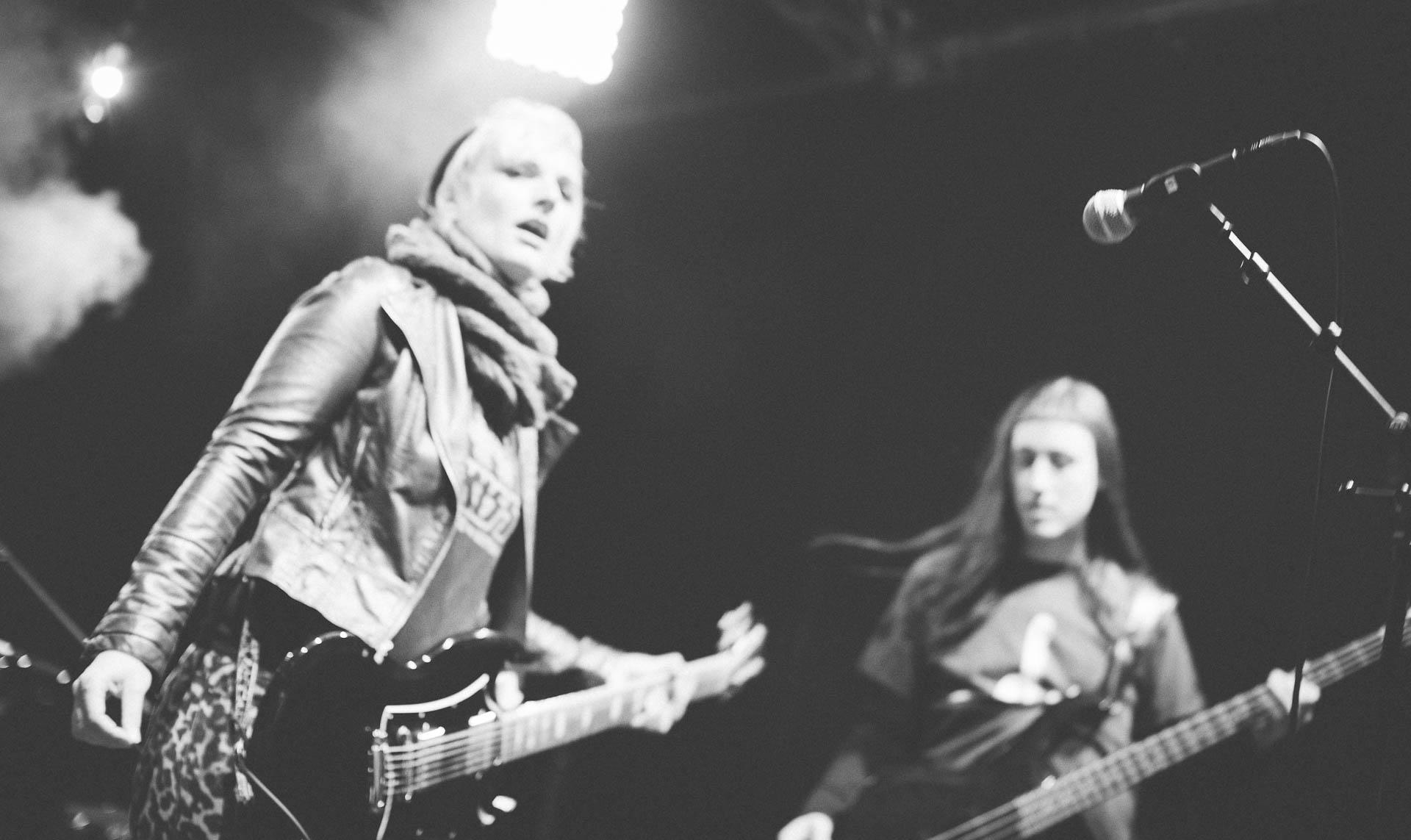 Konzert Berlin Fotograf Gitarre Bass schwarzweiss