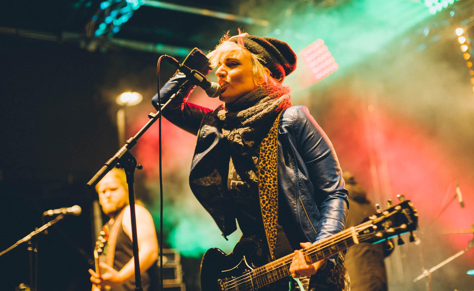 Konzert Berlin Bass Sängerin Frontfrau Mütze