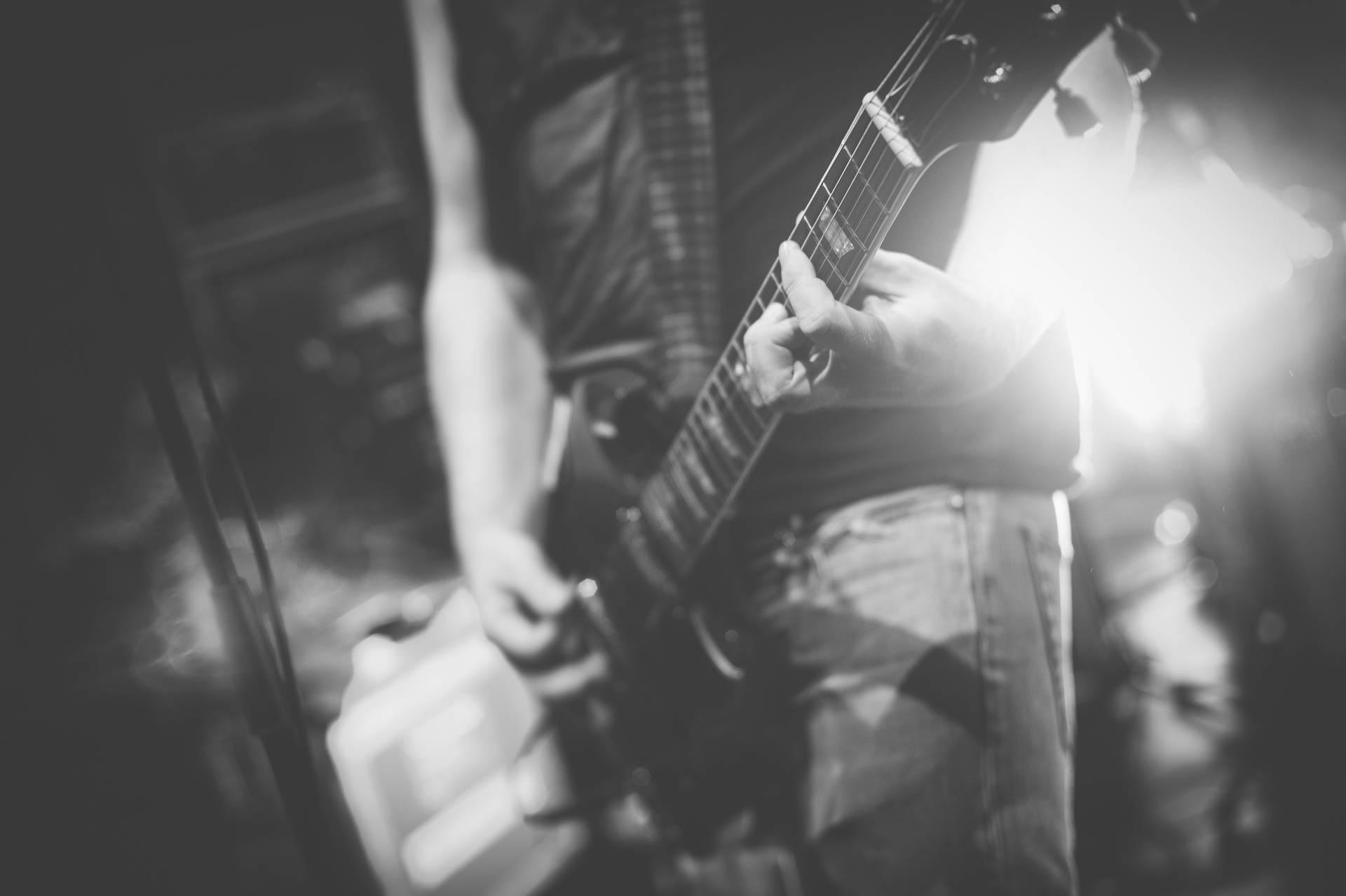 Konzert Berlin Bass Gitarre Detail schwarzweiss