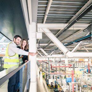 Mann und Frau überblicken Produktion – Industriefoto
