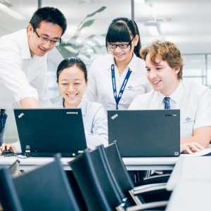 Diversity Team schaut auf Laptop – Industriefoto