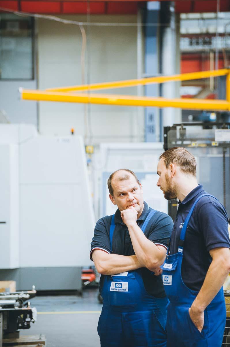 Konzentrierte Besprechung in der Produktion – Industriefoto