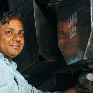 Indischer Service-Techniker lächelt – Industriefoto