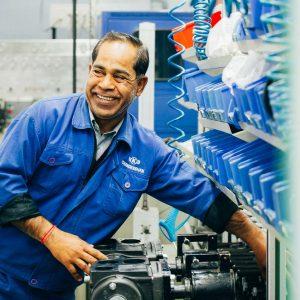 Mitarbeiter in der Produktion international – Industriefoto