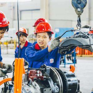 Chinesischer Mitarbeiter mit Bremse – Industriefoto