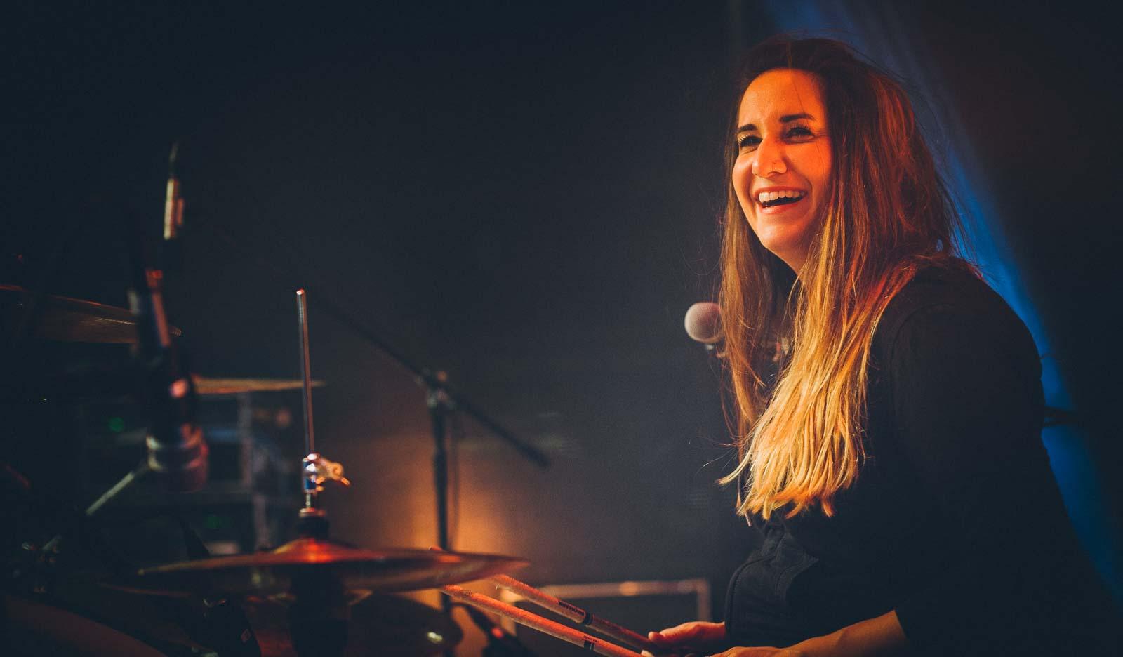 Drummerin lacht – Konzert Fotos Berlin