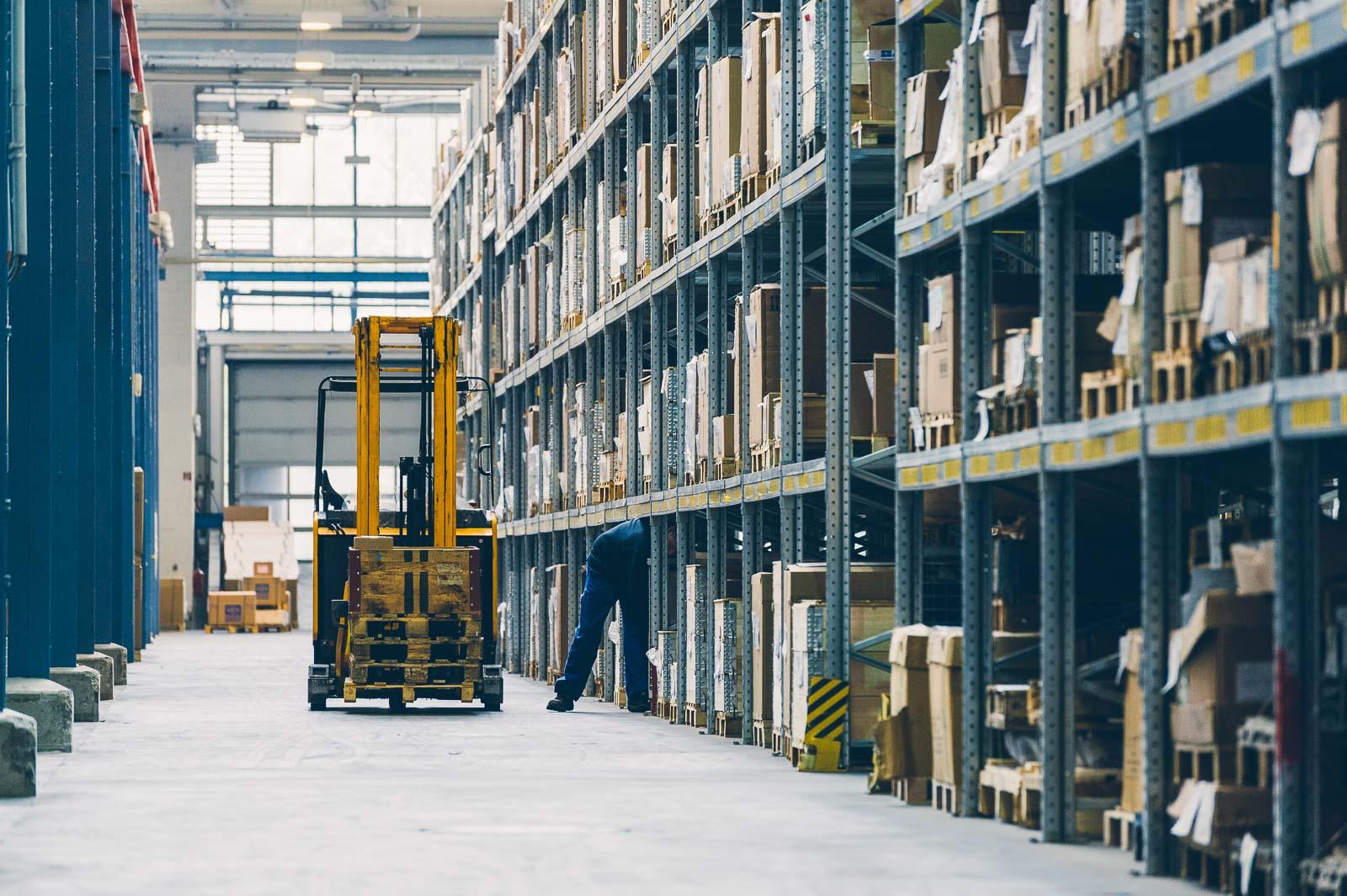 Logistik in Lagerhalle – Industriefoto