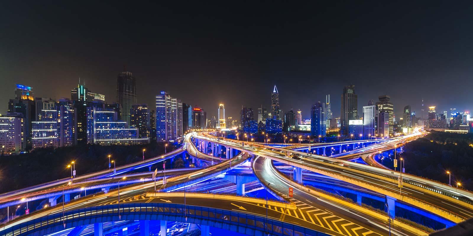 Strassenkreuzung bei Nacht in Shanghai in China – Industriefoto