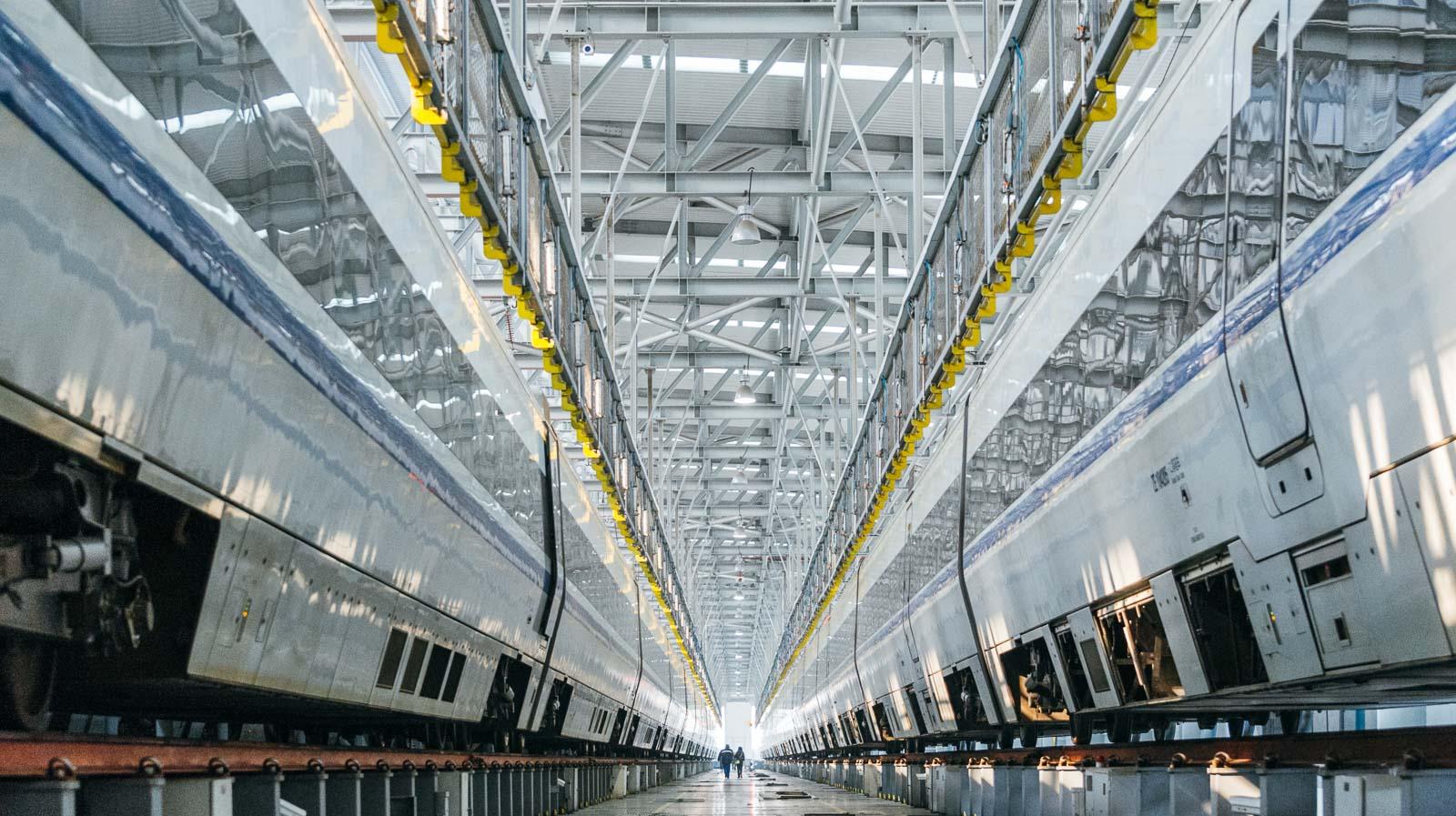 Zwischen zwei High Speed Trains im Depot – Industriefoto