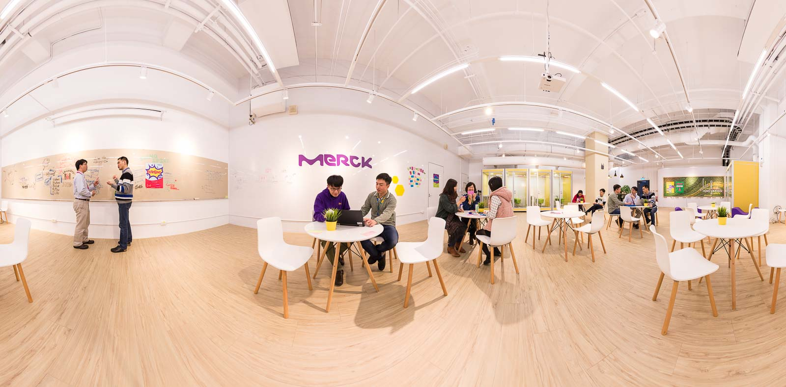 360 Panorama eines Innovation Rooms in Taiwan mit mehreren Mitarbeitern, Industrie Merck Tobi Bohn