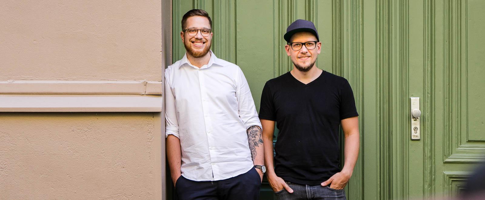Fotograf Tobi Bohn und Videograf Nick Wolff zusammen auf einer Berliner Straße