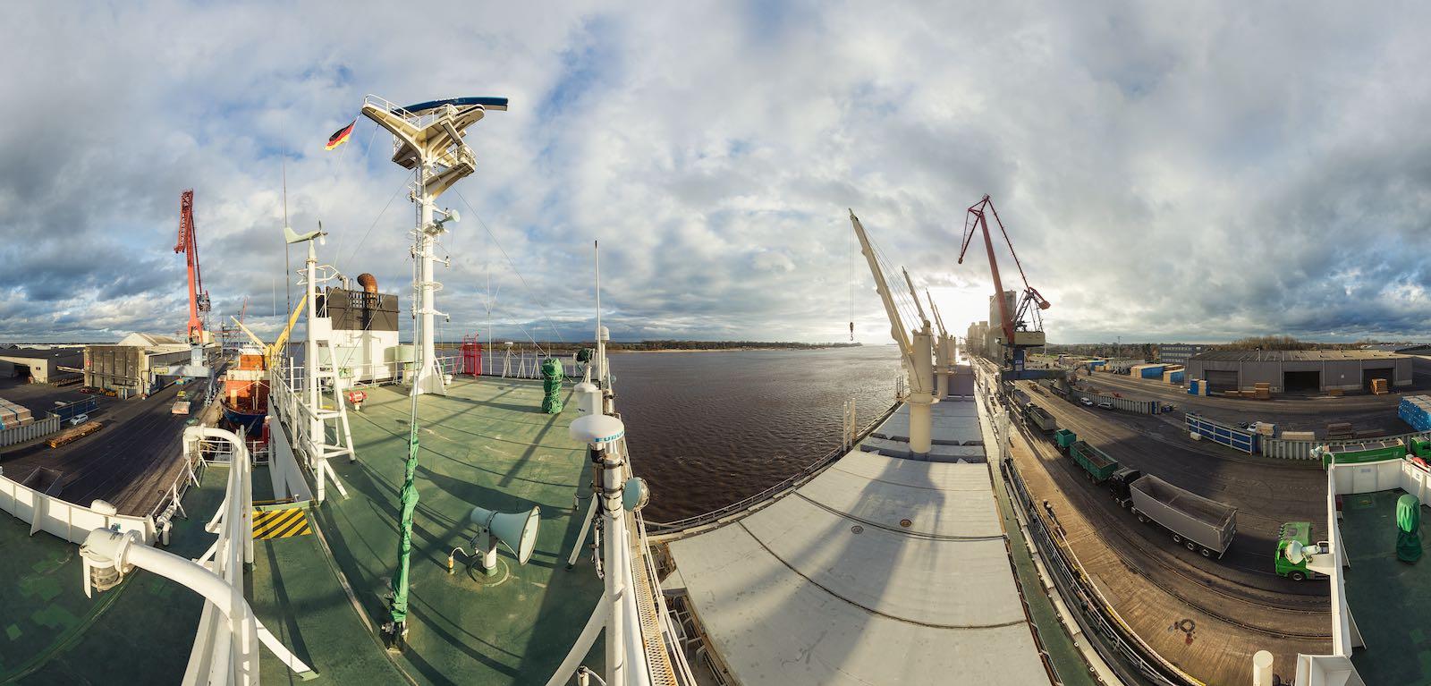 Panorama eines Schiffs im Hafen