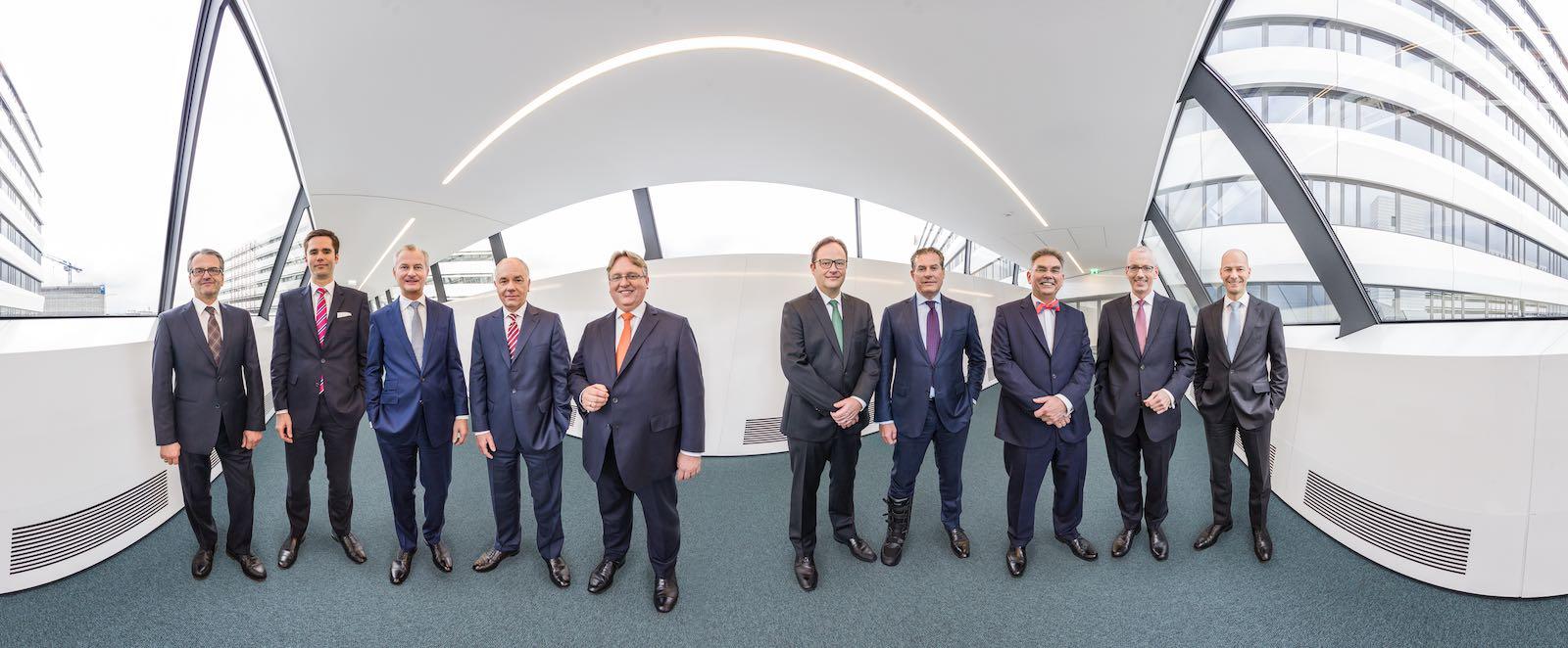 Gruppenfoto Panorama Vorstand Firmenzentrale