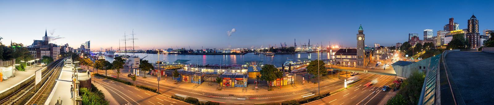 Sonnenaufgang über den Landungsbrücken in Hamburg
