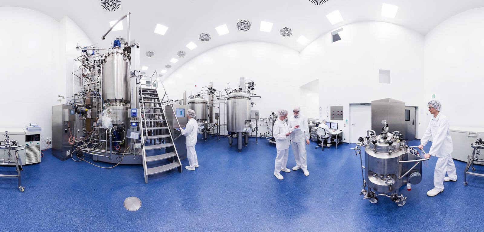 Panoramafoto im Reinraum, blauer Boden, weiße Wände