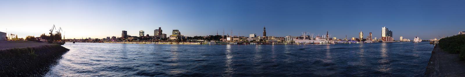 Panorama des Hamburger Hafens in der blauen Stunde